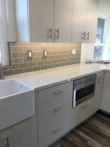 Kitchen_glass_tile_backsplash_remodel_quartz